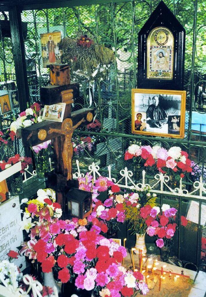 Могила блаженной Матроны на Даниловском кладбище. Святейший Патриарх Московский и всея Руси Алексий II служит литию на могиле блаженной старицы Матроны. 4 марта 1998 года