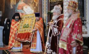 Патриарх Московский и всея Руси Кирилл передает святой образ Матроны Московской, Митрополиту Восточно-Американскому и Нью-Йоркскому Илариону в Храме Христа Спасителя. Москва 20 мая 2012 года